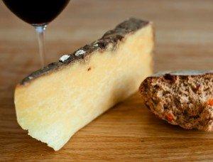 Salers ost med brød og vin.